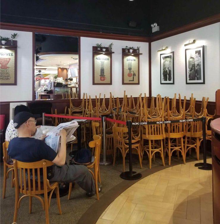 隣のテーブルと距離取るためにイスを一時撤去している写真
