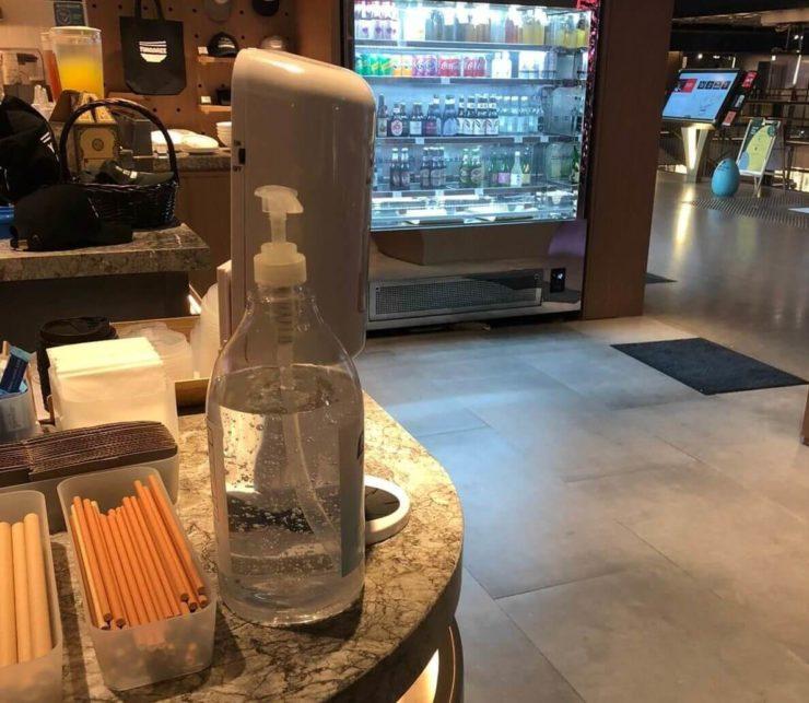 レストランに設置されている消毒液の写真