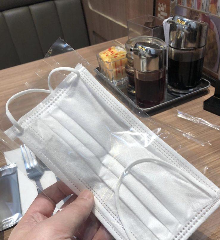 飲食店から配られたマスク袋の写真