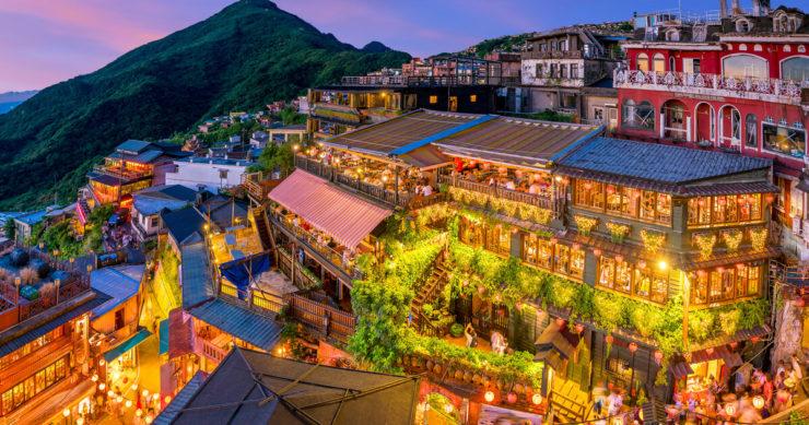 台湾の有名観光スポット「九份」のライトアップされた夜の街並み