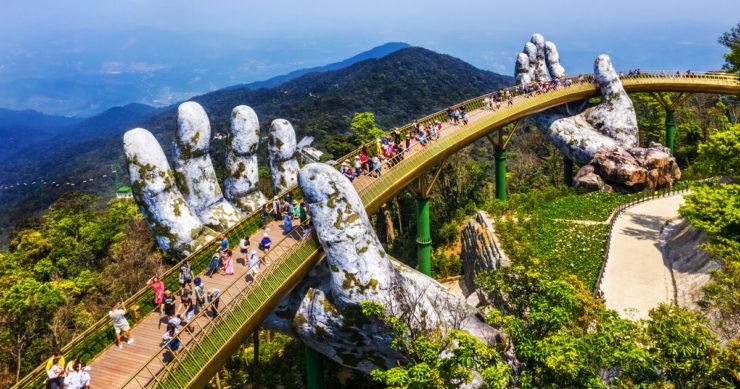 ベトナムのダナン・バナヒルにある有名な観光スポット黄金の橋「カウ・バン」を空撮画像