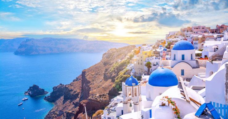 ギリシャ・サントリー二島の都市イアの風景と教会
