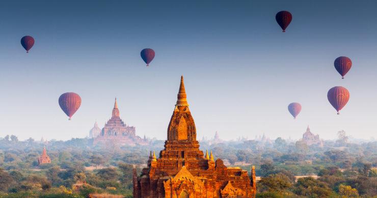 ユネスコ世界遺産に登録されているミャンマーのバガン遺跡と神殿。周辺を飛ぶ気球