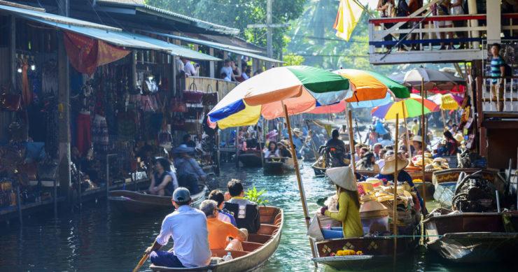 タイ・バンコクのダムヌン・サドゥアック水上マーケットの風景