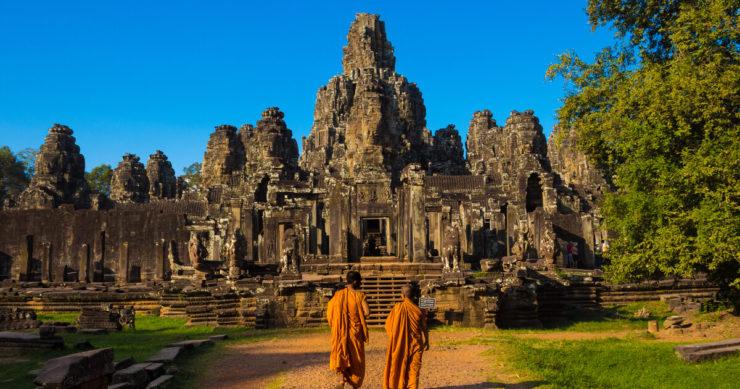 カンボジアのアンコール遺跡にあるアンコールトム・バイヨン寺院の外観と僧侶