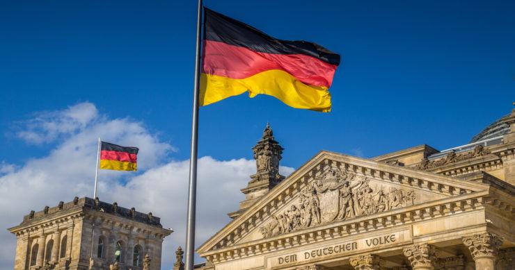 ドイツ・ベルリンのミッテ区にある国会議事堂の外観とドイツ国旗