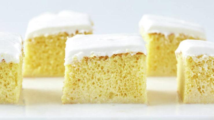 コスタリカやメキシコなど南米で食べられているスイーツ「トレスレチェケーキ」。見た目はスポンジにクリームがのったシンプルなケーキ。