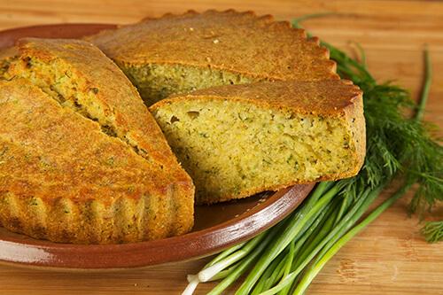 モルドバ共和国の伝統スイーツ「マライ」。見た目はシンプルなパウンドケーキ。生地にコーンミールとかぼちゃが使われている。