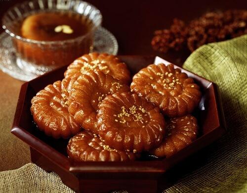 韓国の伝統スイーツ「薬菓(ヤックァ)」。お花の形をしたお供え物にもなるお菓子。