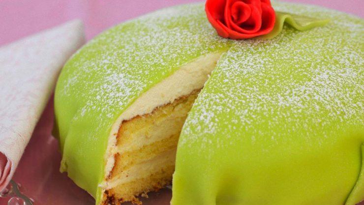 スウェーデン発祥のスイーツ「プリンセスケーキ」。ドーム状のケーキで、色鮮やかなグリーンが特徴。