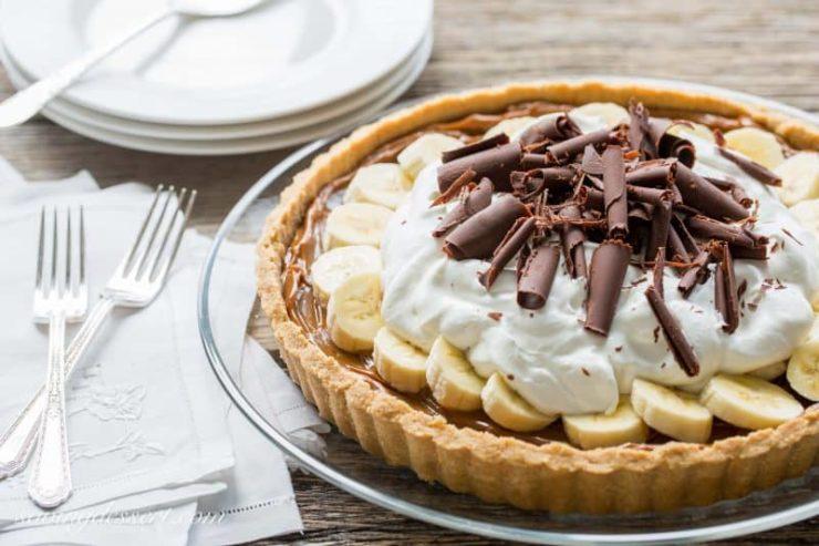 イギリスを代表するスイーツ「バノフィーパイ」。タルト生地にキャラメルソースとバナナ、ホイップクリームやチョコがのっている。