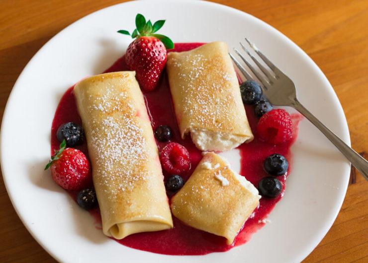 ロシアやウクライナなど東欧で食べられているスイーツ「ブリンツ」。チーズをクレープに似た生地で巻いて、ジャムなどと一緒に食べる。