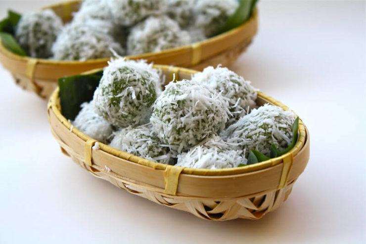 マレーシアの伝統スイーツ「オンデオンデ」。緑色のお餅にココナッツフレークがたっぷりとまぶされている。