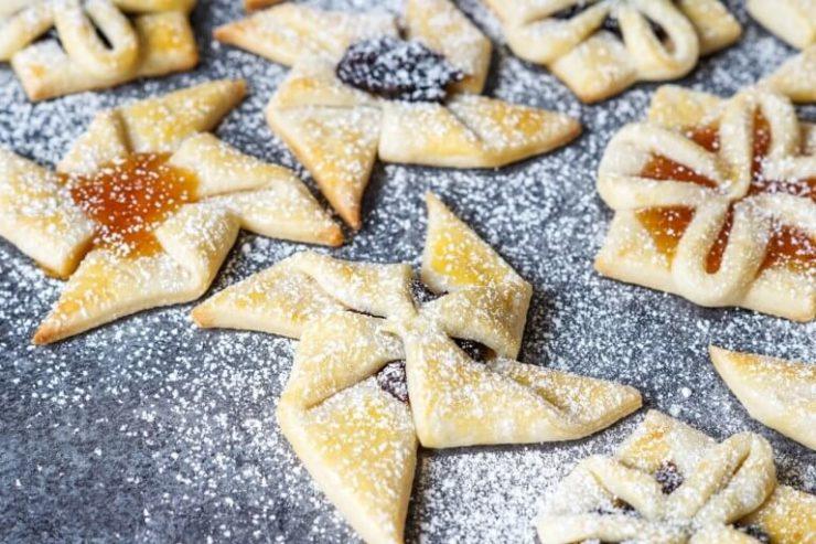フィンランドのクリスマススイーツ「ヨウルトルットゥ」。星型のパイにいろんなジャムが包まれている。