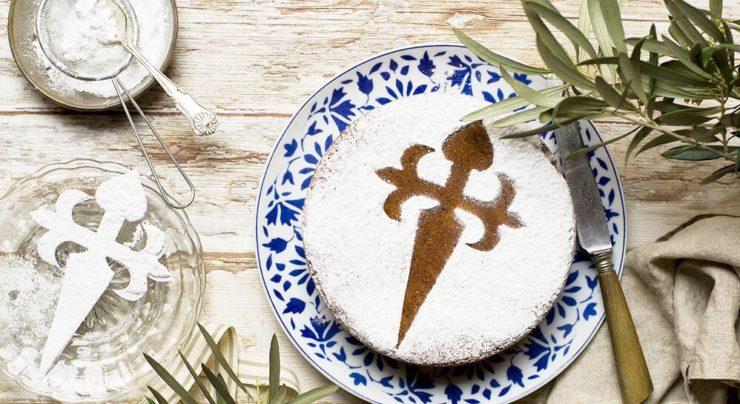 スペインのアーモンドケーキ「タルタ・デ・サンティアゴ」。表面に粉砂糖で聖ヤコブの十字架が形どられている。