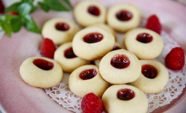 スウェーデンの一口スイーツ「ハーロングロッテル」。円形のソフトクッキーにラズベリージャムがのっている。