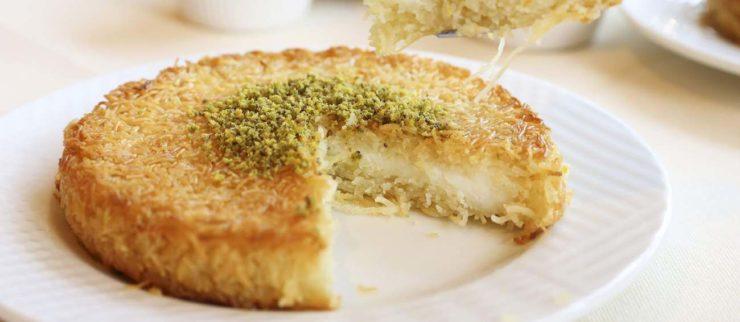パレスチナ・イスラエルに伝わるスイーツ「クナーファ」。ケーキのような見た目だが、生地は細麺状。チーズやナッツが挟まれている。
