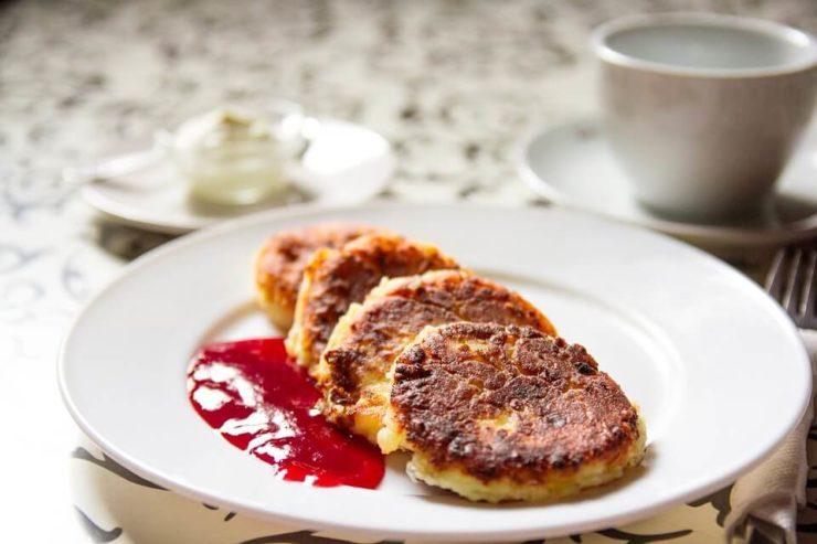 ロシアスイーツ「シルニキ」。生地に白チーズが練りこまれた一口サイズのチーズパンケーキ。