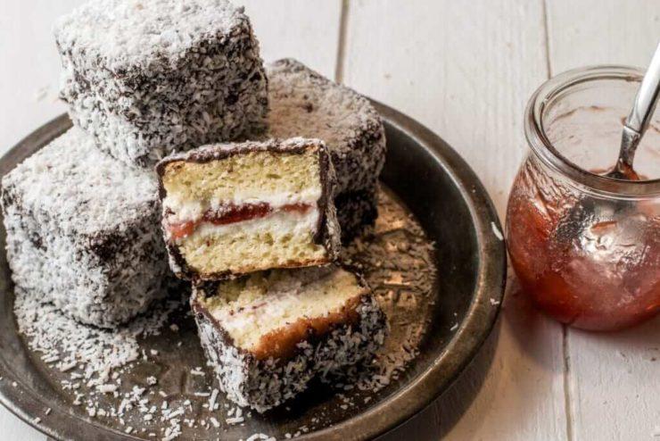 オーストラリアスイーツの一口ケーキ「ラミントン」。小さいキューブ型で、スポンジにチョコレートとココナッツフレークがトッピングされている。