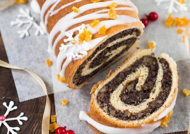 ポーランドやハンガリーのクリスマススイーツ「マコヴィエツ」。見た目はロールケーキ、ケシの実が包まれている。