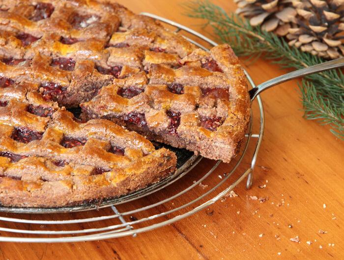 オーストリア・リンツ生まれのスイーツ「リンツァートルテ」。アカスグリジャムと格子模様のパイが特徴。