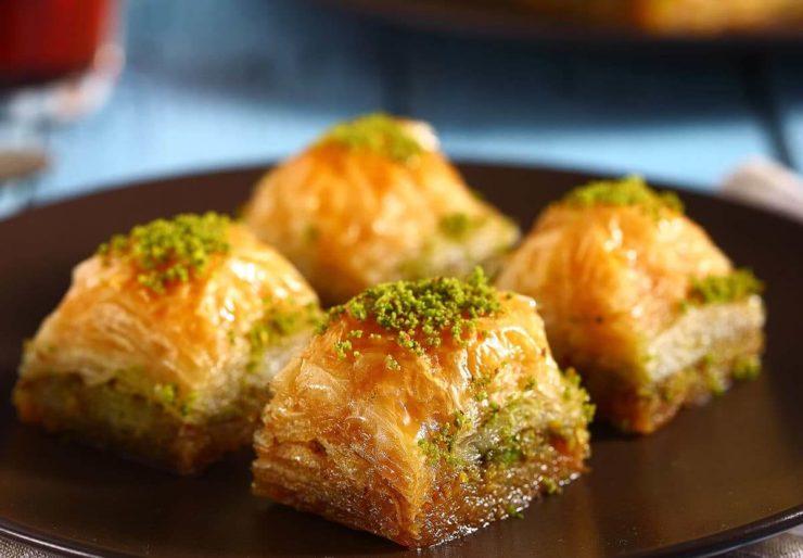 トルコの名物スイーツ「バクラワ」。何層にも重ねた薄いパイの間にピスタチオなどのナッツがたくさん挟まっている。