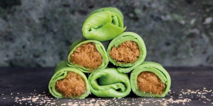 インドネシアのローカルスイーツ「ダダールグルン」。緑色のクレープ生地に、ココナッツフレークとヤシ糖を煮込んだものが詰まっている。