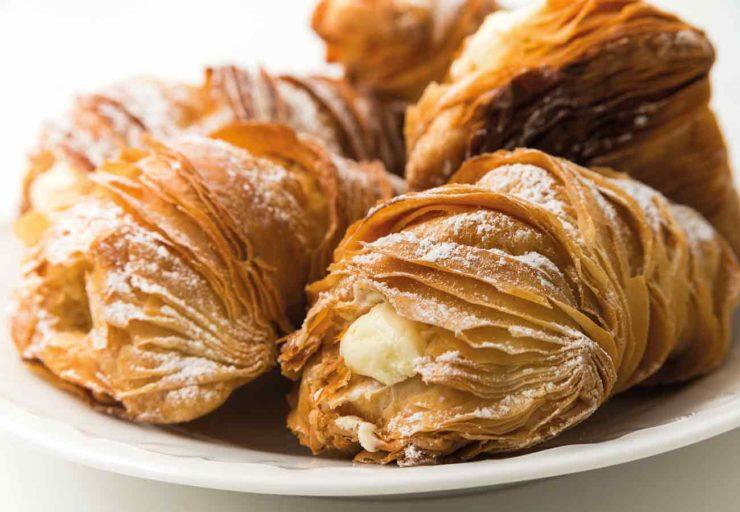 イタリア・ナポリ地方名物の焼き菓子「スフォリアテッラ」。貝殻のような見た目のパイ。