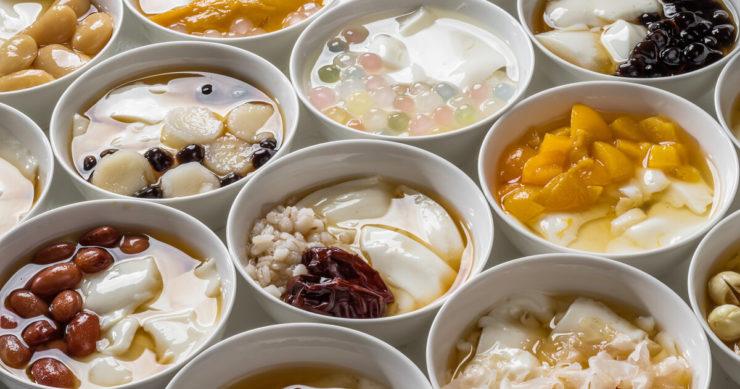 台湾の豆乳スイーツ「豆花」。マンゴーや小豆、タピオカなどいろんな物がトッピングされている。