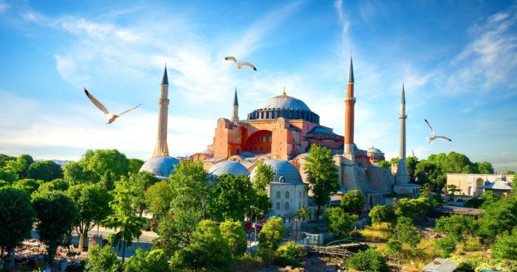 トルコ・イスタンブールにある観光スポット「アヤソフィア博物館」の外観