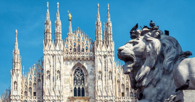 イタリア・ミラノにあるミラノ大聖堂(ドゥオモ)の外観とドゥオーモ広場にあるライオンの彫刻像