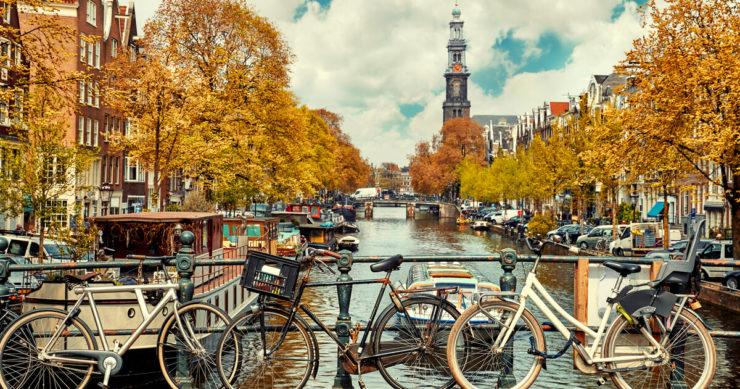 オランダ・アムステルダムに流れる運河と街並み